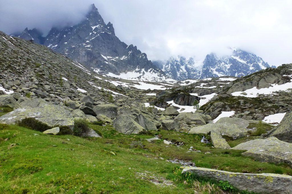 Paysage de montagnes enneigées en Haute-Savoie
