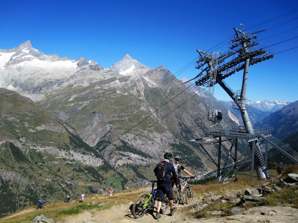 Hommes qui font du vélo l'été à la montagne