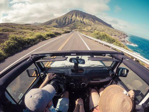 Couple qui voyage en voiture