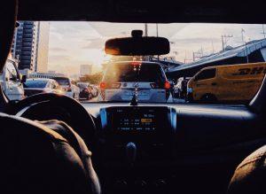 Vue de l'intérieur d'une voiture sur une route avec bouchons