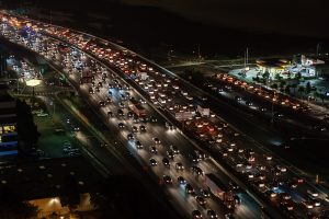 Route avec embouteillages la nuit