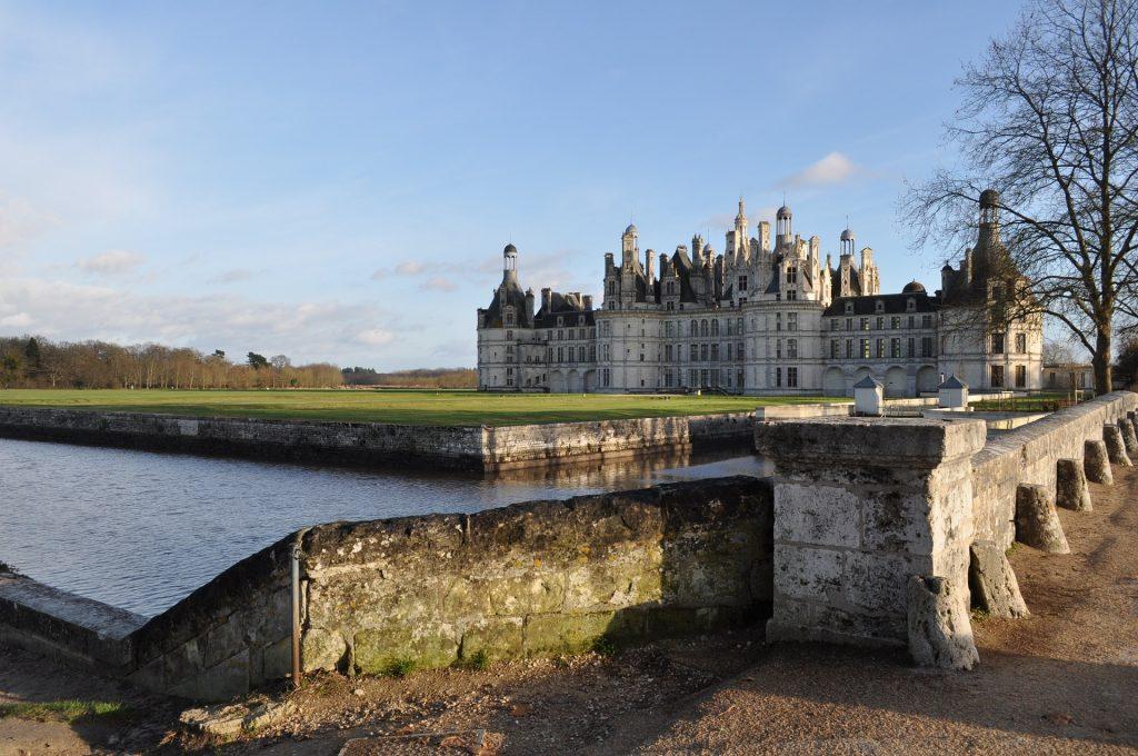 Château de la Loire vu depuis un pont qui traverse le fleuve